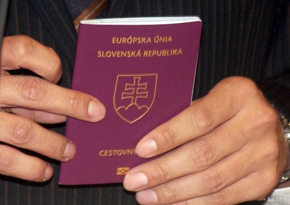 Man holding the Slovakia passport